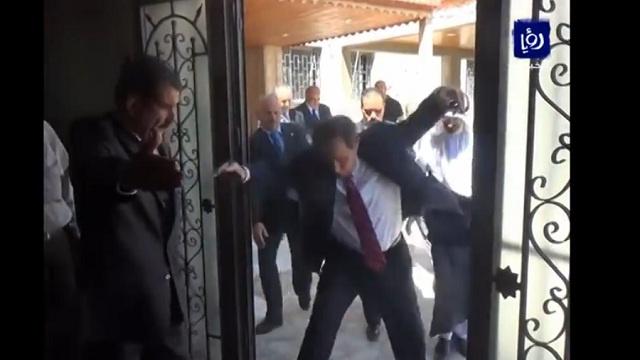 السفير الأمريكي لدى الأردن يتعثر لكنه لا يحيد عن هدفه