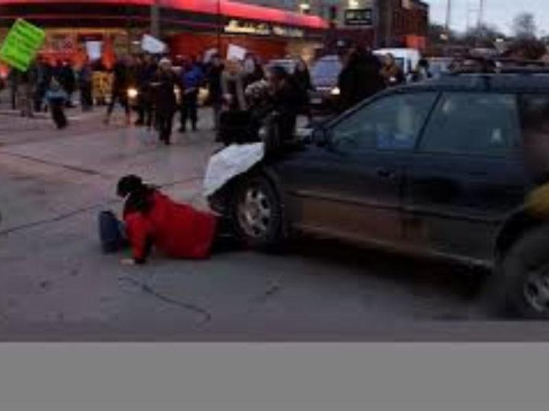 بالفيديو :سيارة تدهس محتجين خلال مسيرة في الولايات المتحدة