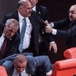 بالصور : نواب حزب أردوغان يعتدون على نواب معارضين بالزجاجات و المطارق في البرلمان التركي
