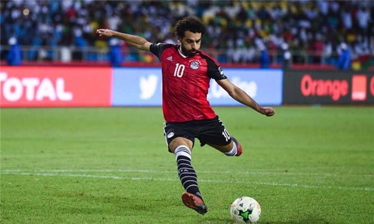 """محمد صلاح يتلقى تهنئة """"البالون دور""""في معسكر المنتخب"""