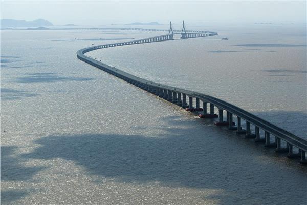 الصين تفتتح أطول جسر مائي في العالم