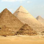 """""""الآثار """" توضح حقيقة إضاءه الأهرامات بعلم السعودية"""
