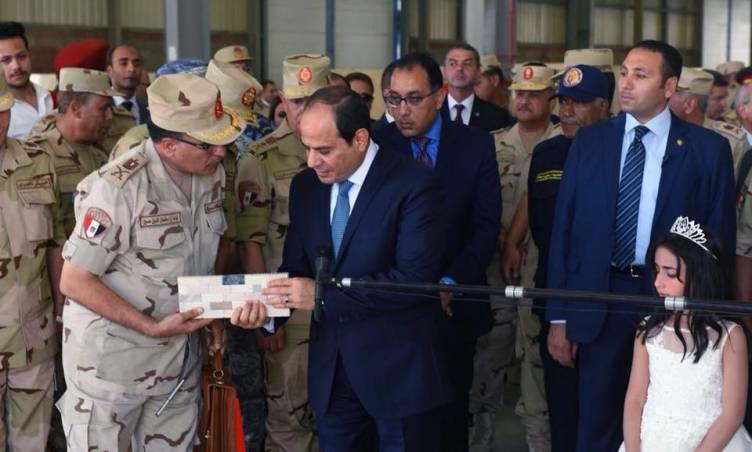 """""""السيسي"""" يتفقد مشروع إسكان المحروسة 1 بمدينه السلام"""