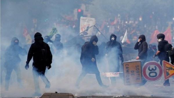 """الشرطه الفرنسيه تطلق الغاز المسيل للدموع على المتظاهرين في احتجاجات """" السترات الصفراء"""""""